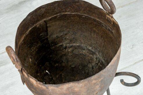 Stary kociołek na trójnogu śr. 26cm 2