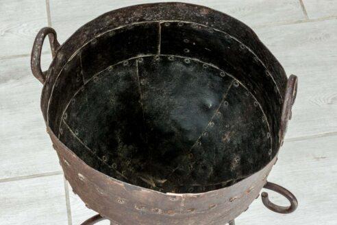 Stary kociołek na trójnogu śr. 28cm 2