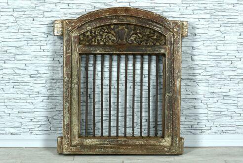Stare okno z prętami żelaznymi 1
