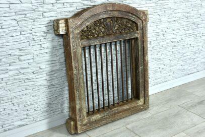 Stare okno z prętami żelaznymi 2