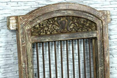 Stare okno z prętami żelaznymi 3