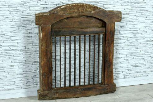 Stare okno z prętami żelaznymi 4