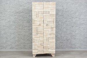 Bielona szafa z rzeźbionymi drewienkami 1