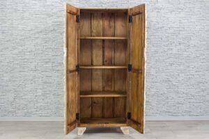 Bielona szafa z rzeźbionymi drewienkami 2