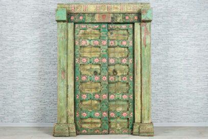 Zielone drzwi z różowymi kwiatkami 1